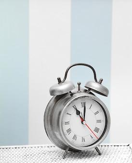 明るくカラフルなレトロなインテリアの古典的な銀時計時計