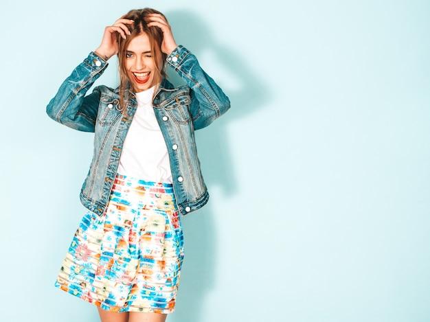 トレンディな夏ジーンズジャケット服の若い美しい笑顔内気な少女の肖像画。