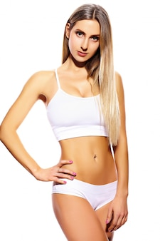 白いランジェリーで完璧なボディを持つ美しいスポーツ若いフィットネス女性少女の官能的な肖像画