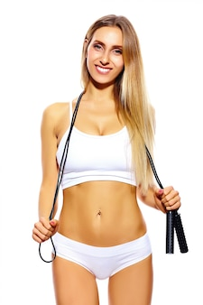 Чувственный портрет красивого спорта молодая фитнес женщина девушка с идеальным телом в белом белье со скакалкой