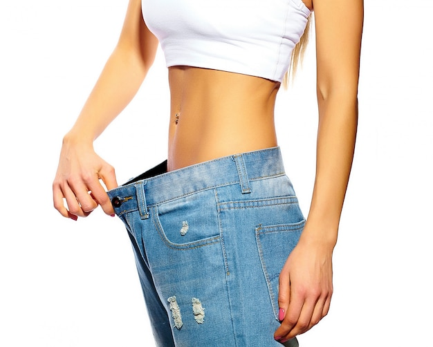 Красивая молодая женщина с большими джинсами, изолированная на белом