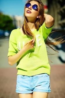 Смешная стильная сексуальная улыбающаяся красивая модель молодой женщины летом ярко-желтая хипстерская ткань на улице