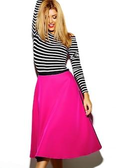 Смешное сумасшедшее очарование стильное сексуальное усмехаясь красивая белокурая модель молодой женщины в розовых одеждах битника в студии