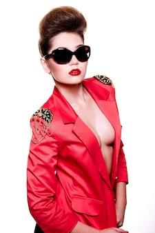Высокая мода взгляд. гламур крупным планом портрет сексуальная брюнетка кавказских молодая женщина с ярким макияжем с красными губами в ярко-розовой куртке в солнцезащитных очках