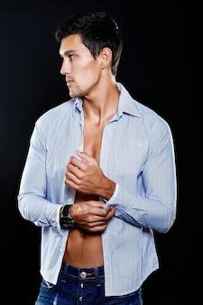 若い白人男のファッションの肖像画。スタジオでポーズをとってカジュアルな服装でハンサムなモデル。魅力的な男性