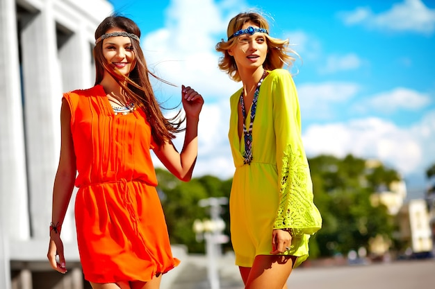 明るいカラフルな流行に敏感な服で夏の晴れた日の若いヒッピー女性モデルのファッションポートレート