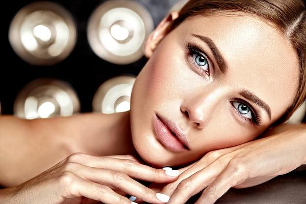 裸の唇の色ときれいな健康的な肌の顔と新鮮な毎日のメイクと官能的なグラマー美人モデル