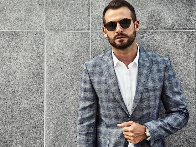 Портрет модельер красивый бизнесмен, одетый в элегантный клетчатый костюм