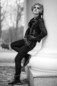 路上で屋外かつらでティーンエイジャースタイルのファッションブロンドモデル