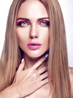 裸の唇の色ときれいな健康的な肌の顔と新鮮な毎日のメイクと美しい金髪の女性モデルの女性の魅力の肖像画