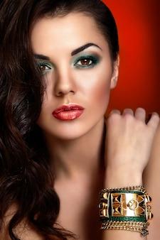ファッション性の高い外観。赤い唇と美しい白人の若い女性モデルの魅力のクローズアップの肖像画