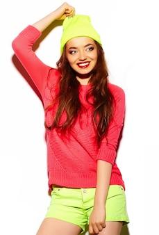 Высокая мода взгляд. гламур стильная красивая молодая брюнетка женщина модель летом яркая хипстерская ткань в желтой шапочке