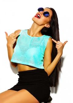 ファッション性の高い外観。面白い狂気グラマースタイリッシュなセクシーな夏の明るい流行に敏感な布で美しい若い女性モデルを笑顔