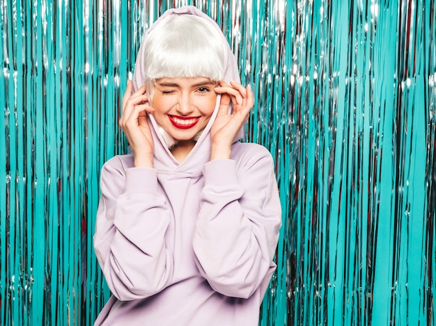 Молодая сексуальная улыбающаяся хипстерская девочка в белом парике и красных губах. красивая модная женщина в летней одежде. схожу с ума
