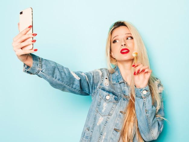 トレンディなジーンズの夏服と彼女の鼻にイヤリングの若い美しい流行に敏感な悪い女の子の肖像画