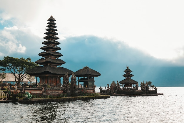 Пура улун дану братан, бали. индуистский храм в окружении цветов на озере братан