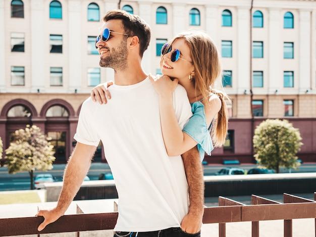 通りでポーズのサングラスをかけたカップルします。