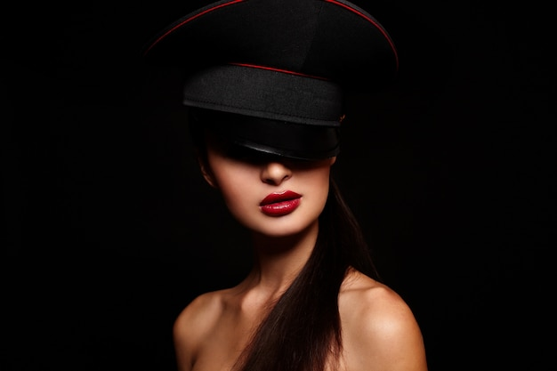 Портрет красивой молодой женщины с красными губами