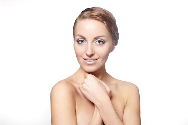Портрет красивой улыбающейся женской модели на белом фоне яркий макияж вьющиеся волосы стиль
