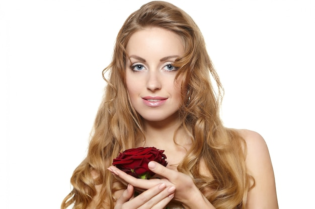 Портрет чувственной красивой женщины с красной розой на белом