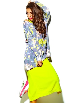 赤い唇と夏流行に敏感な明るいカラフルな黄色の服で美しい幸せな女性の肖像画