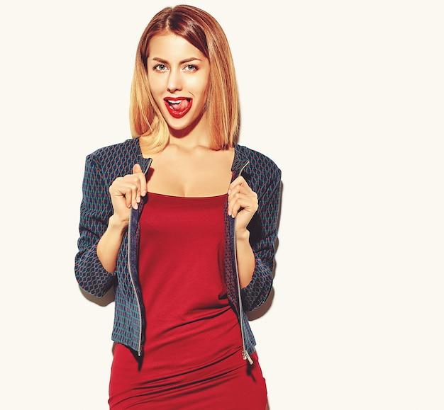 Блондинка девушка в красном платье в очках