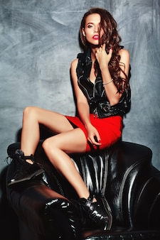 トレンディな夏の赤いスカートとジャケットの若い美しい女性。