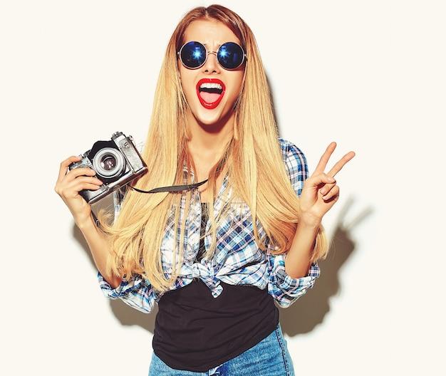 カジュアルな流行に敏感な夏服で金髪の女性少女