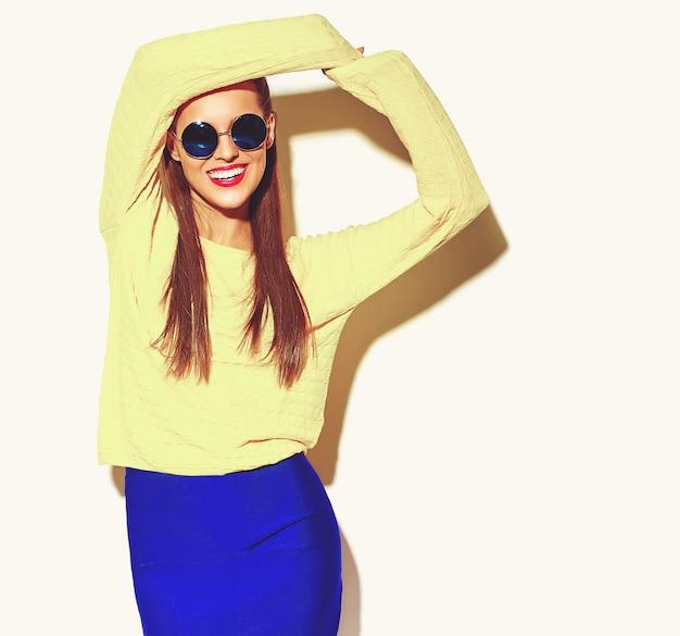 カジュアルな服で美しい幸せなかわいい笑顔ブルネットの女性少女