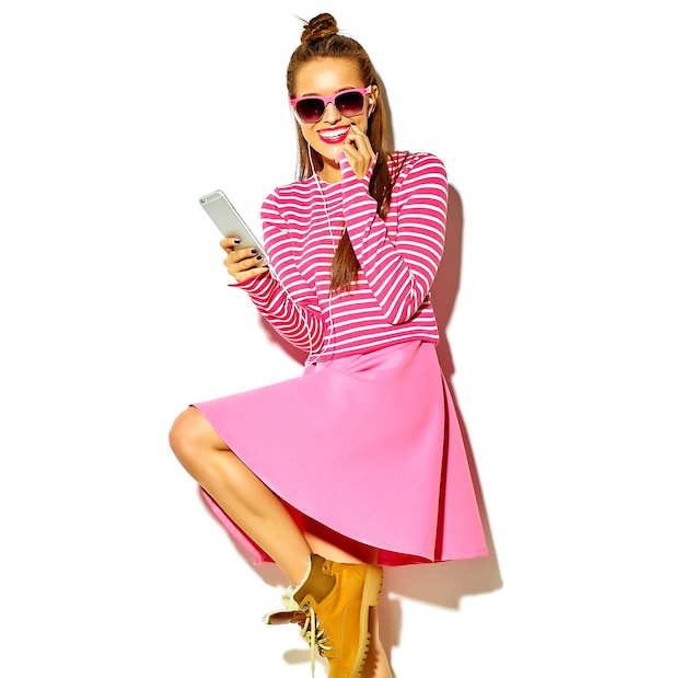 Красивая счастливая милая улыбающаяся сексуальная брюнетка женщина девушка в повседневной красочной розовой летней одежде с красными губами