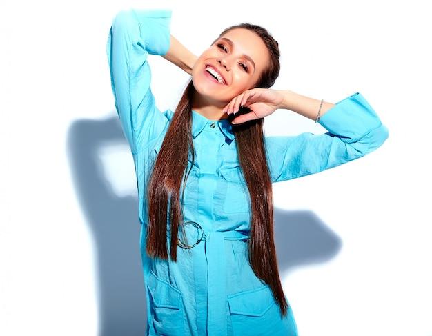 明るい青い夏のスタイリッシュなドレスで美しい白人笑顔ブルネットの女性モデル