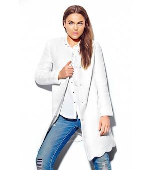 白で隔離されるカジュアルな流行に敏感な夏服で美しいブルネットの女性モデル