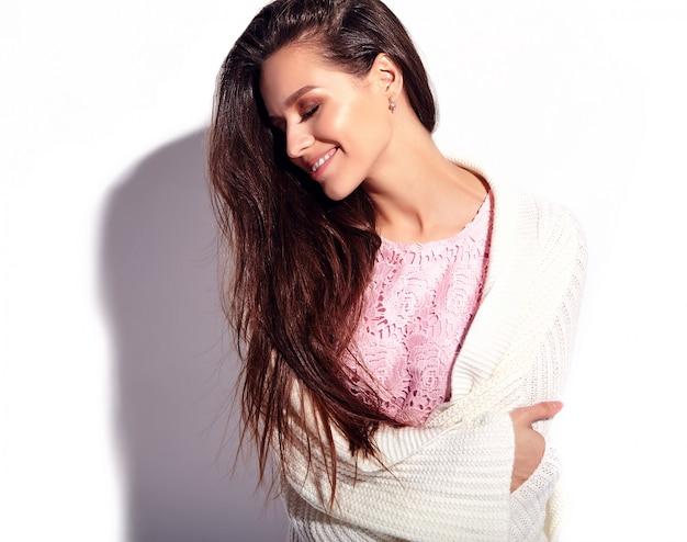 白い背景に分離された明るいピンク夏スタイリッシュなドレスで美しい白人笑顔ブルネットの女性モデルの肖像画