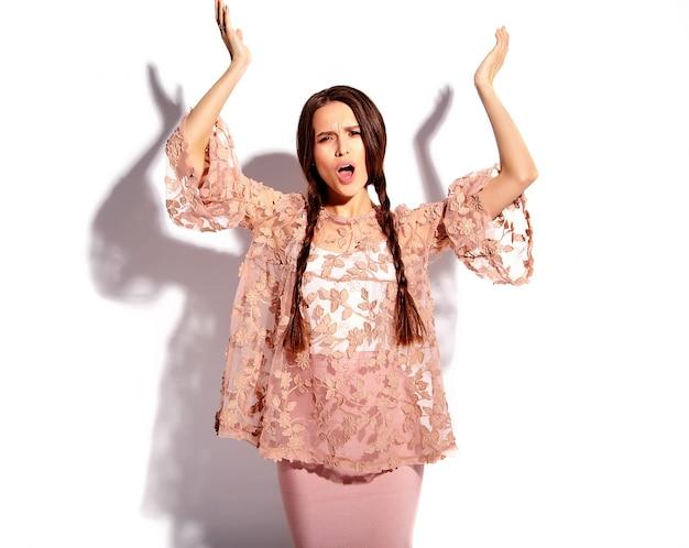 Портрет красивой кавказской улыбающейся брюнетки модели с двойными косичками в ярких розовых летних стильных нарядах
