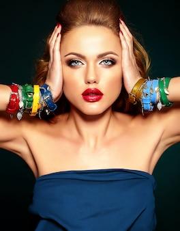 赤い唇の色ときれいな健康な肌と新鮮な化粧品で美しい女性モデルの官能的な魅力の肖像画