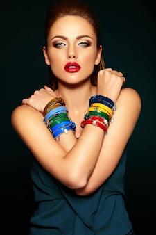 Чувственный гламур портрет красивой женщины модели со свежим ежедневным макияжем с красными губами цвета и чистой здоровой кожи