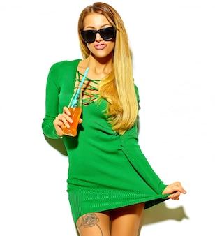 化粧なしのカジュアルな流行に敏感な夏服で金髪美人