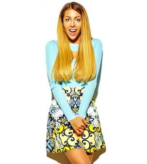 メイクなしのカジュアルな流行に敏感な夏服で驚いた金髪美人少女