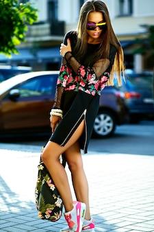 Портрет красивой стильной молодой женщины на улице после покупок