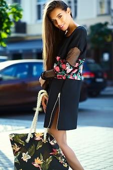 ショッピングの後通りで美しいスタイリッシュな若い女性の肖像画