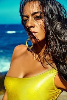 ビーチで美しいスタイリッシュな若い女性の肖像画