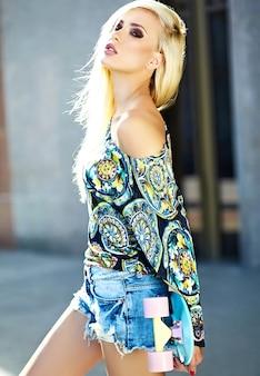Портрет красивой стильной молодой женщины на улице