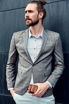 Красивый мужчина в сером клетчатом костюме