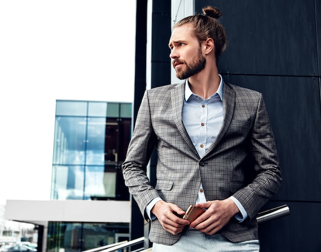 エレガントなグレーの市松模様のスーツに身を包んだセクシーなハンサムな男の肖像