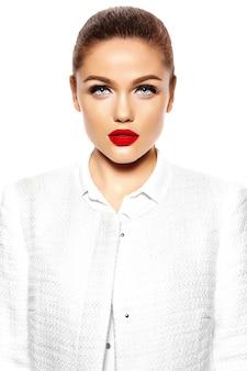 Портрет красивой стильной молодой женщины