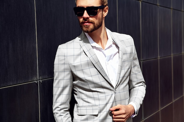エレガントなベージュの市松模様のスーツに身を包んだセクシーなハンサムな男の肖像