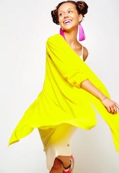 Модная девушка в повседневной летней одежде