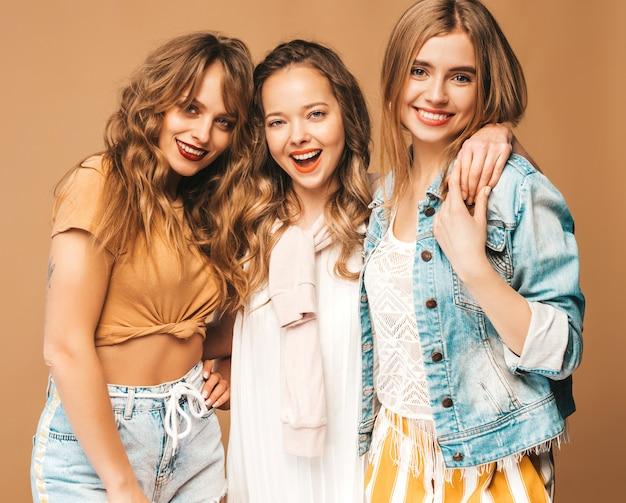 Три молодые красивые улыбающиеся девушки в модной летней повседневной одежды. сексуальные беззаботные женщины позируют. позитивные модели