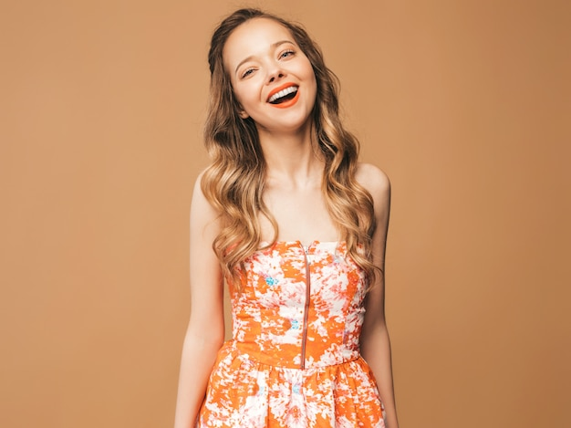 ピンクの唇と美しい笑顔かわいいモデルの肖像画。夏のカラフルなドレスの女の子。モデルのポーズ