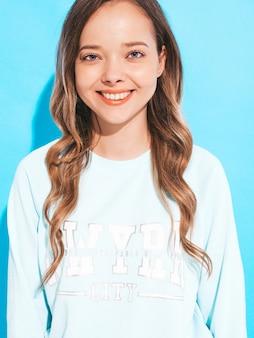 Портрет счастливой улыбающейся девушки с в повседневной одежды без макияжа. молодая женщина модель позирует